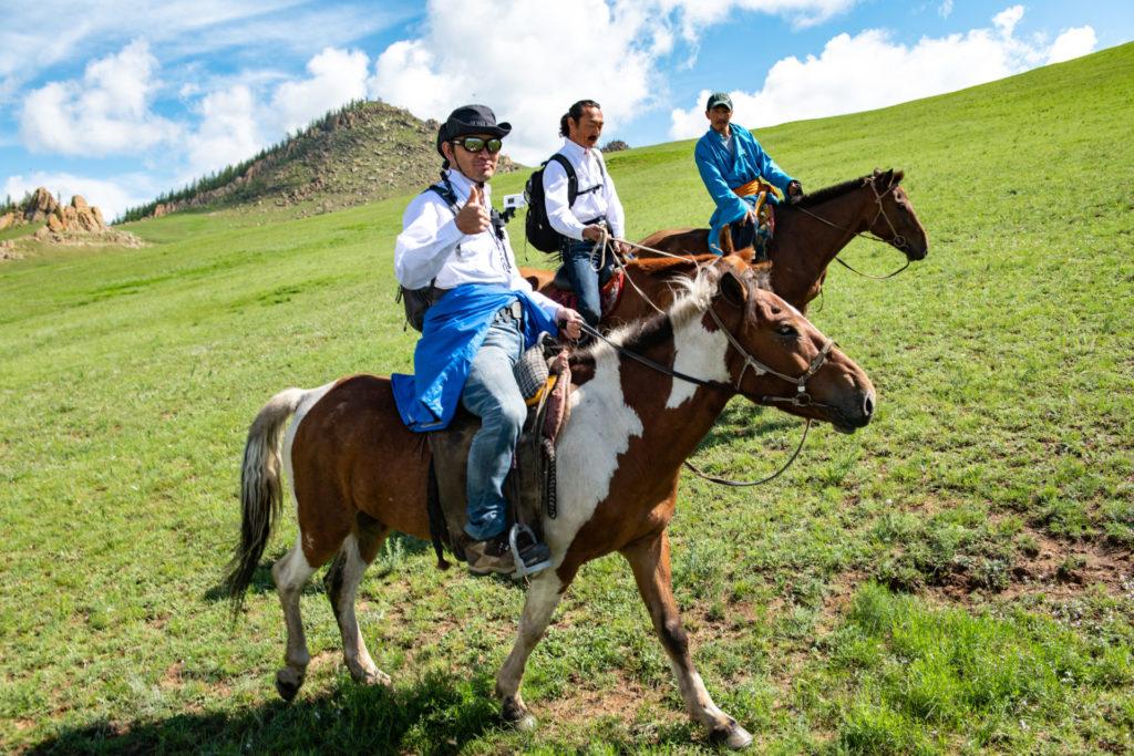 モンゴル高原で乗馬する参加者