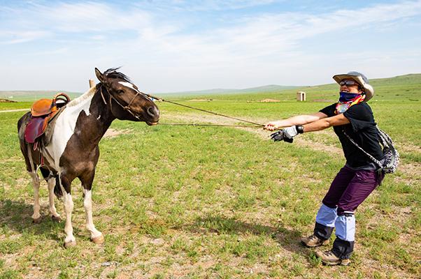 モンゴル高原の馬を引く参加者