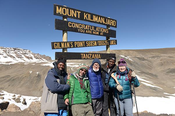 キリマンジャロ・ギルマンズポイント(5685m)に達した参加者たち