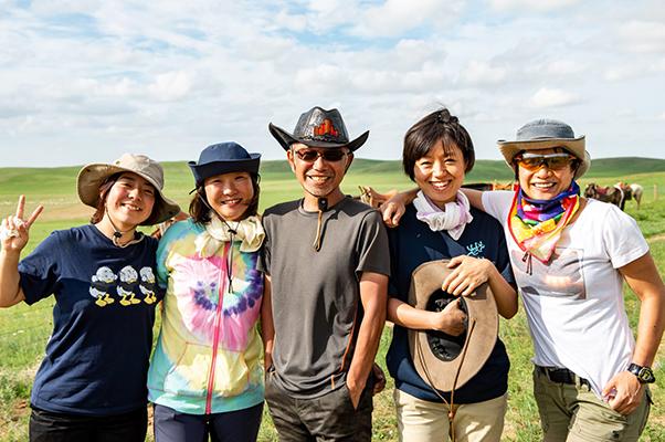 モンゴル高原でファシリテーター中村伸一を囲む参加者