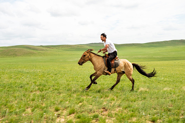 乗馬する笑顔の参加者