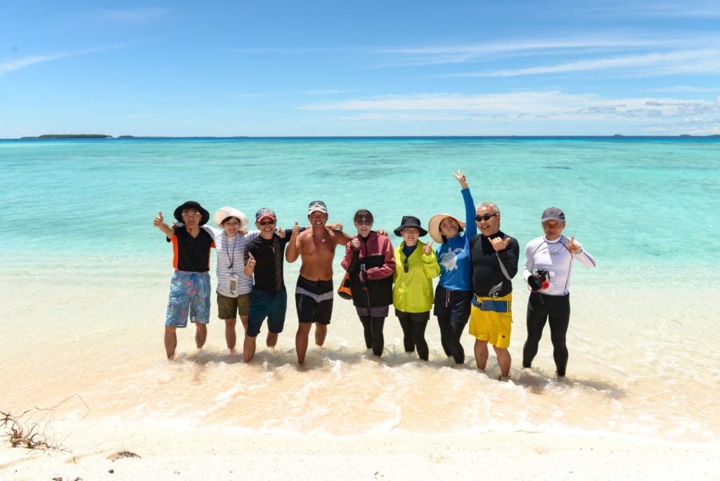 ジープ島のビーチと参加者